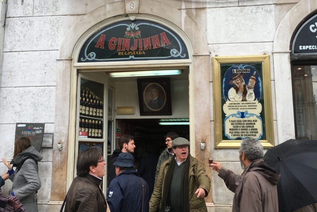 Ginja drinken bij A Ginjinha, Lissabon