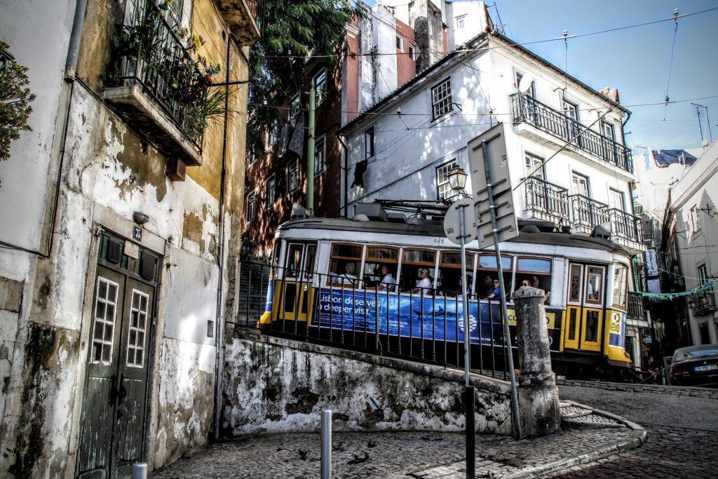 De Tram in Alfama, Lissabon