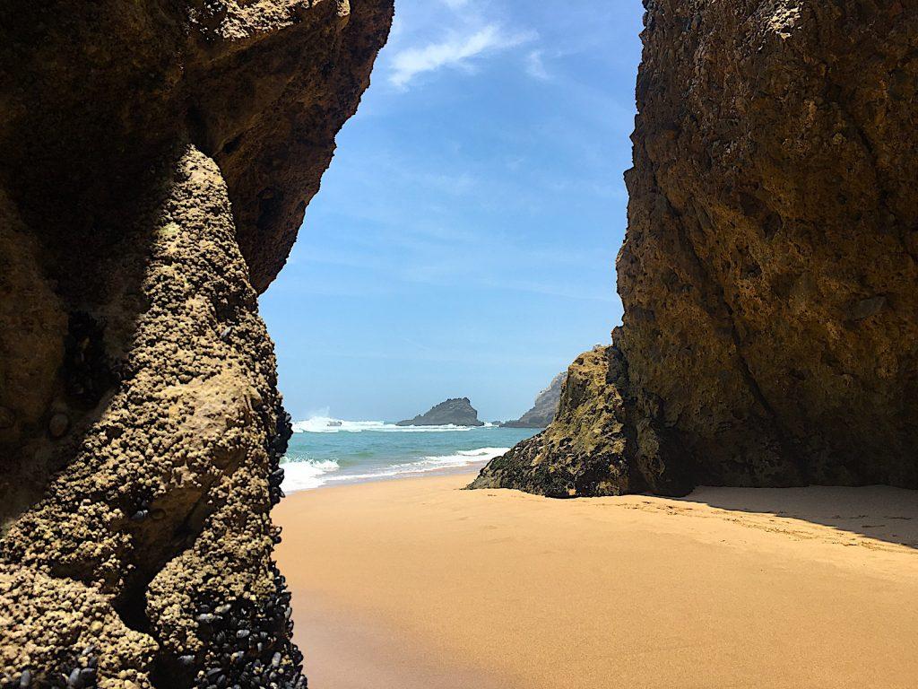 Praia da adraga bij de grotten eb