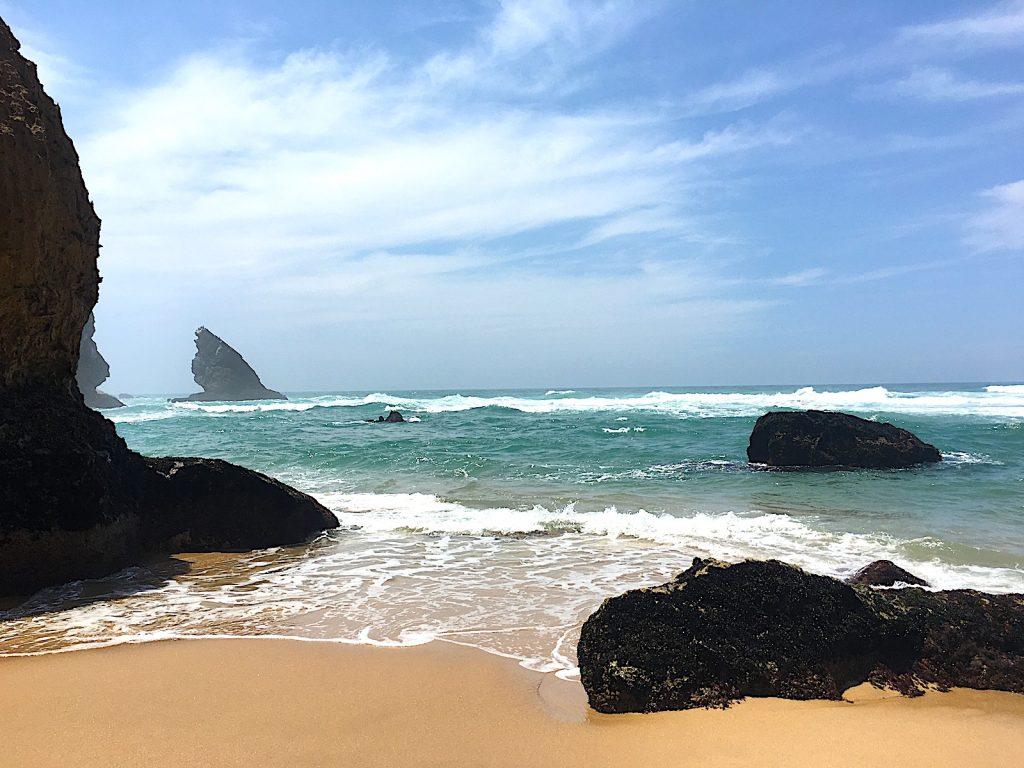 Praia da adrage uitzicht bij grotten