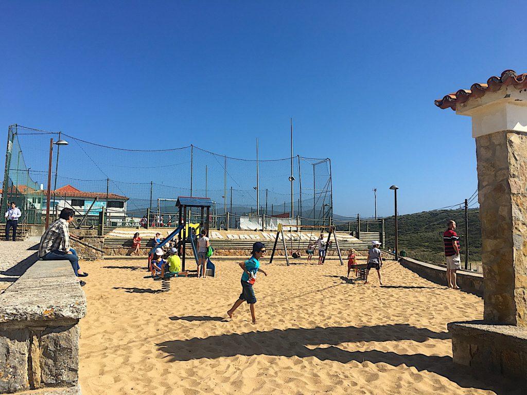Praia das Macas speeltuin met kinderen