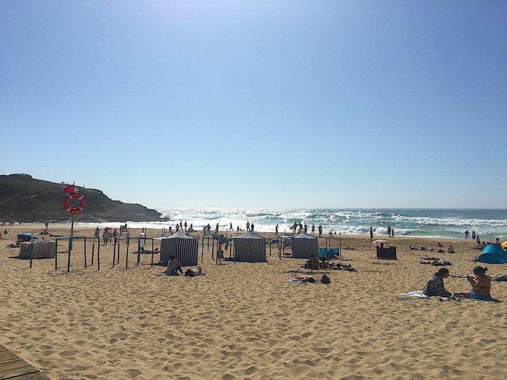 Praia das macas strand met tentjes