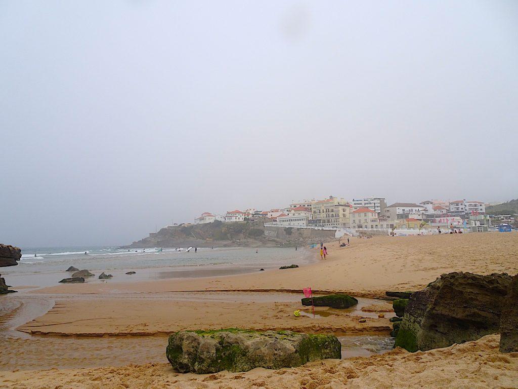 Praia das macas zicht dorp