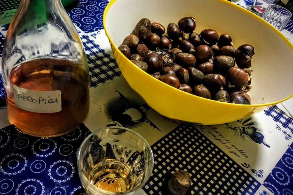 Geröstete Kastanien essen und Jeropiga trinken in Lissabon