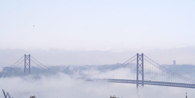 Ponte 25 abril in de mist