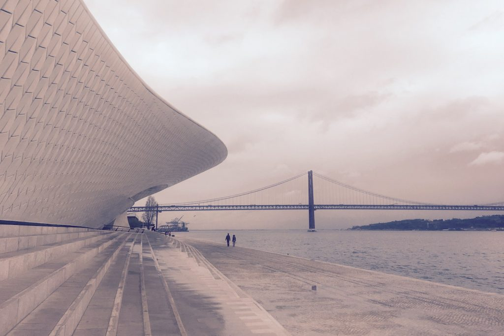 MAAT - Museum of Art, Architecture and Technology met de Ponte de 25 Abril op de achtergrond