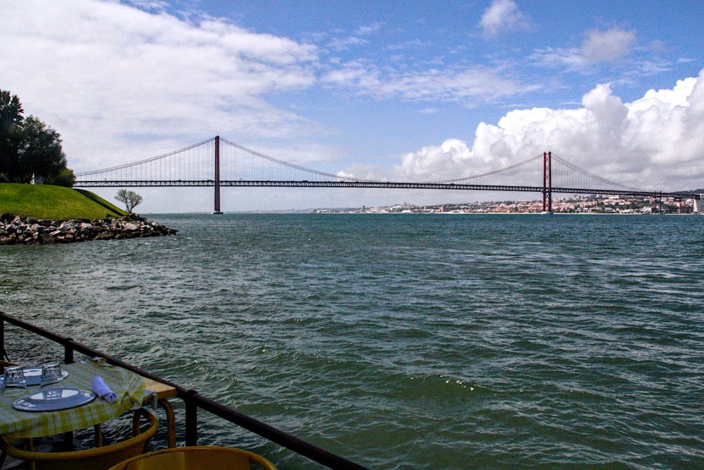 Uitzicht op Ponte 25 de Abril vanaf terras Restaurante Ponto Final