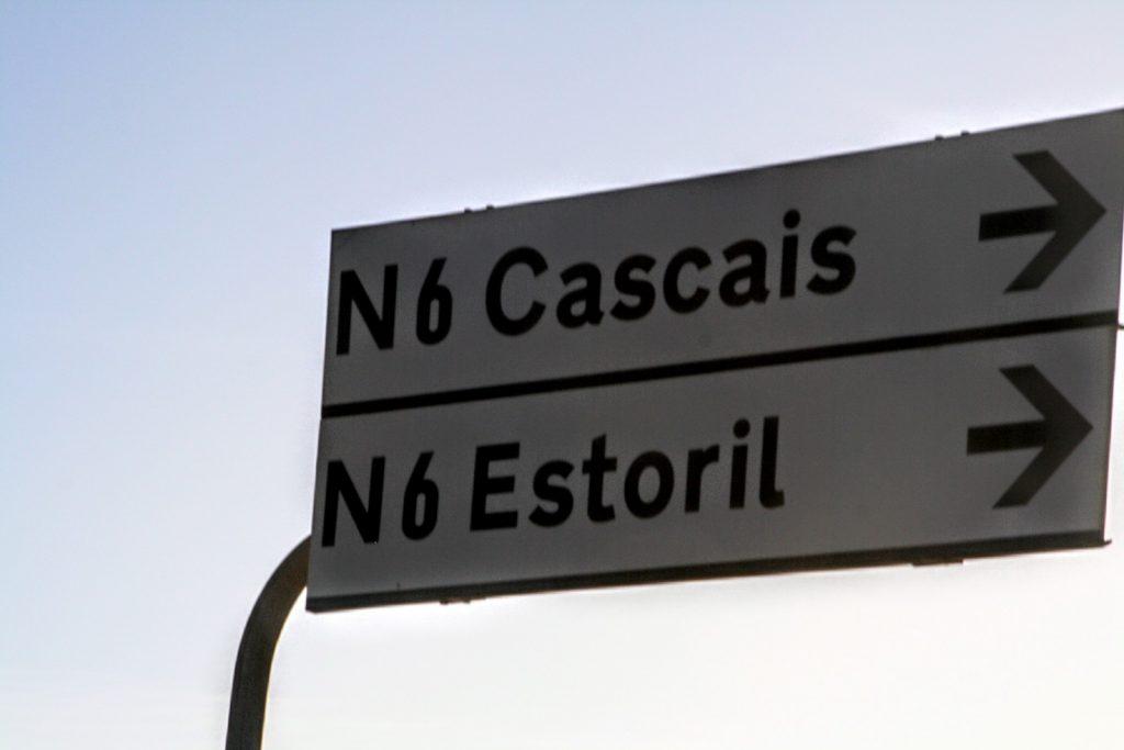 Verkeersbord N6 met Estoril en Cascais erop