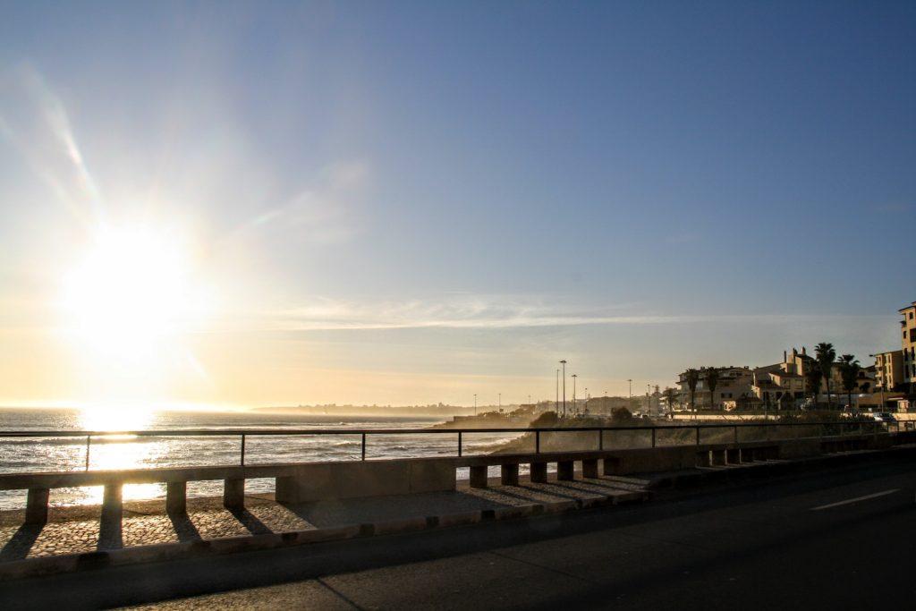 Uitzicht vanaf de N6 Estrada Marginal tussen Lissabon en Cascais