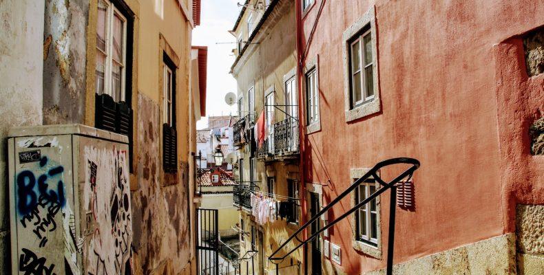Doorkijkje in Alfama, Lissabon