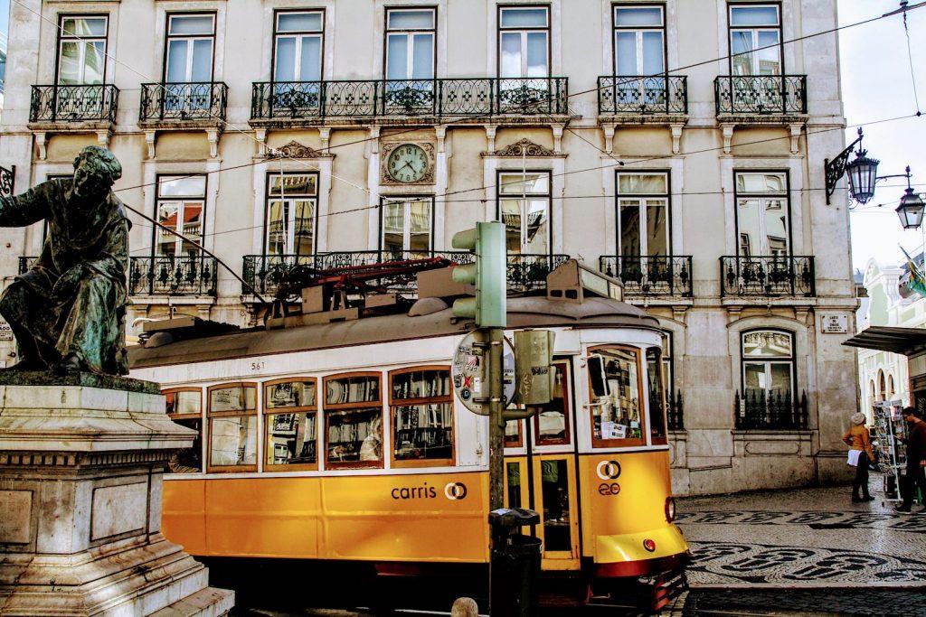 Tram bij Praça Luís de Camões, Lissabon