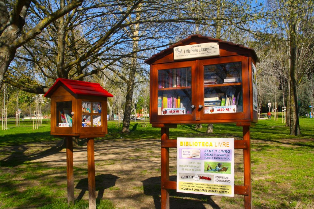 Little Free Library in een park in Lissabon