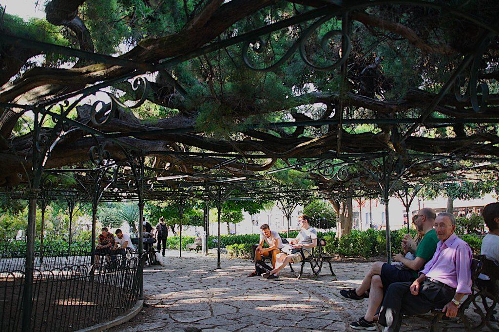 Jardim PR - locals onder de boom