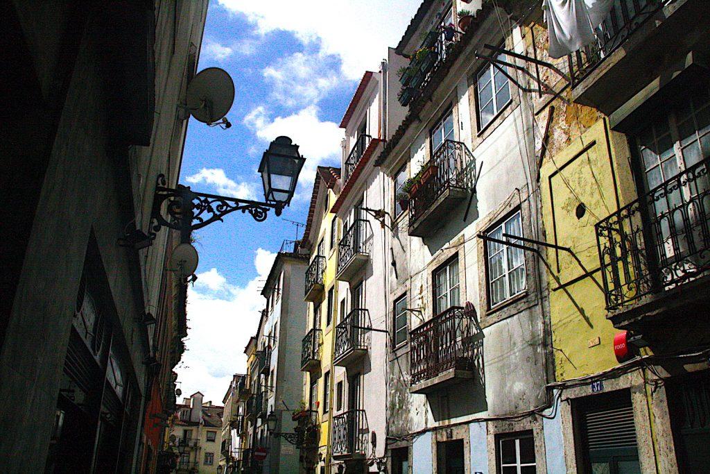 Bairro Alto straat geel huis