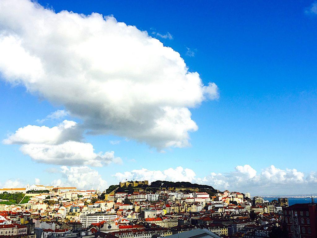 Miradouro de São Pedro de Alcântara uitzicht op castelo