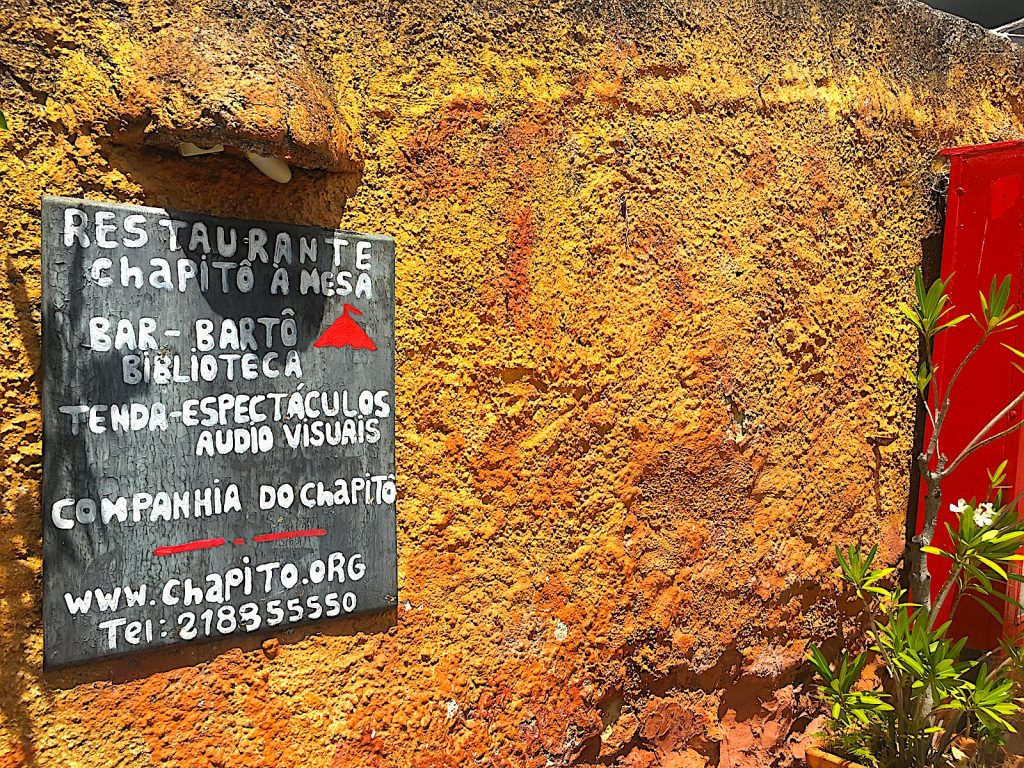 Chapito bord op muur