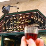 Ginjinha Sem Rival - bord met drank