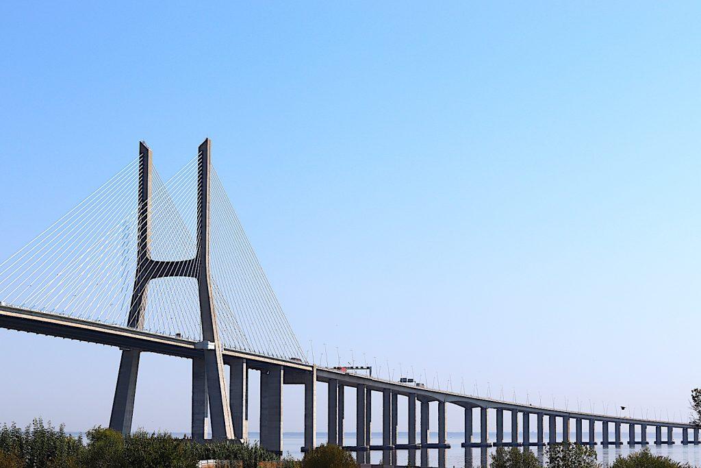 Vascodagama brug vanaf de kant
